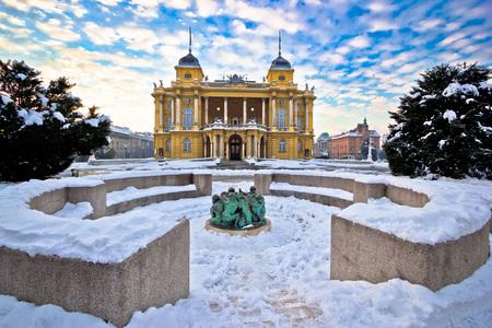 adviento: Teatro Nacional de Croacia en vista de invierno Zagreb, Croacia