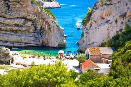 baia Stinva vista canyon spiaggia, Isola di Vis, Croazia Archivio Fotografico