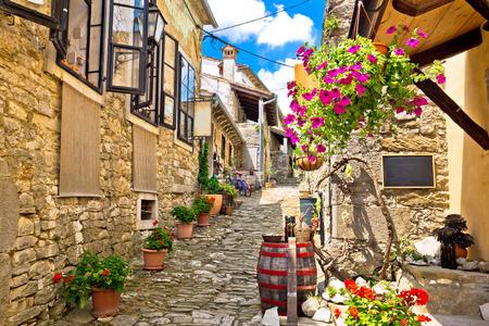 흠의 마을 다채로운 오래 된 돌 거리, Istria, 크로아티아 스톡 콘텐츠