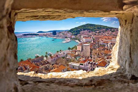 Split bay luchtfoto door middel van steen venster, Dalmatië, Kroatië