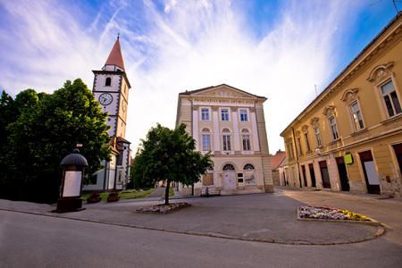 ヴァラジュディン町教会、広場、...