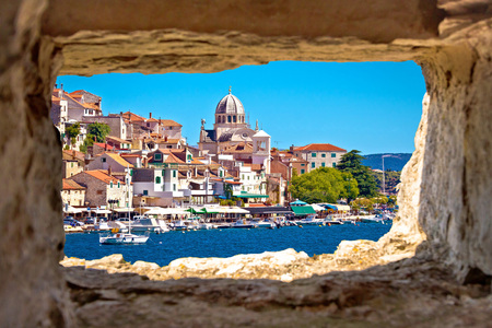 Sibenik aan het water door middel van steen venster uitzicht, Dalmatië, Kroatië