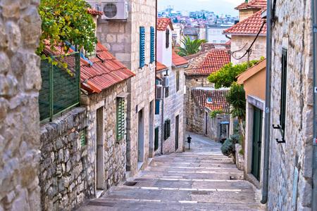 スプリットの歴史的な都市、ダルマチア、クロアチアの古い石通り