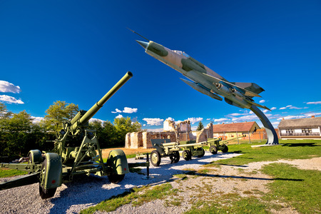 Military cannon and fighter jet with sun rays view, Karlovac, Croatia Stockfoto