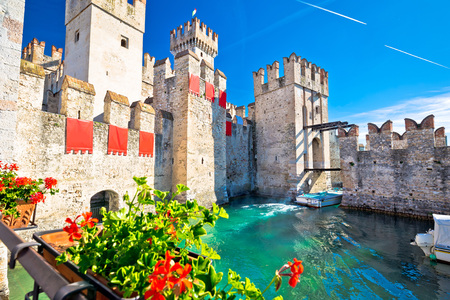 di: Town of Sirmione entrance walls view, Lago di Garda, Lombardy region of Italy