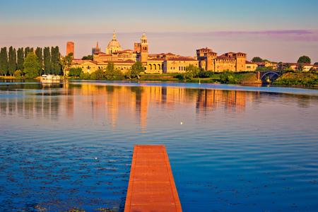 Stad van Mantova skyline vroege ochtend uitzicht vanaf lago Inferiore, Europese hoofdstad van cultuur en UNESCO werelderfgoed, regio Lombardije van Italië Stockfoto