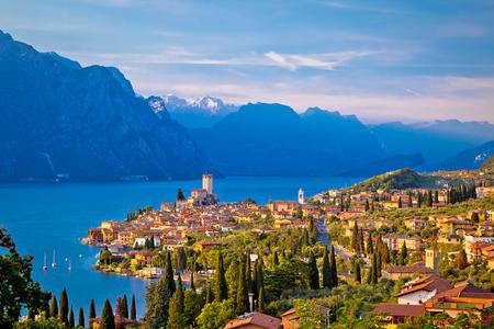 ガルダ湖スカイライン ビュー、イタリアのヴェネト地方にマルチェージネの町
