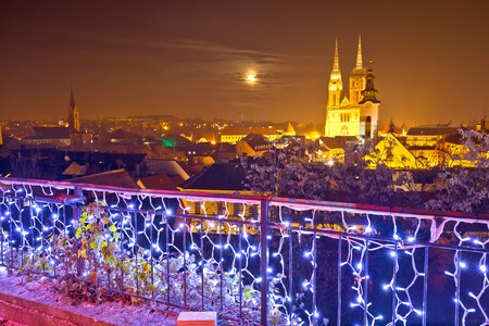 Zagreb cathedral and cityscape evening advent view, famous landmarks of Croatian capital city 免版税图像