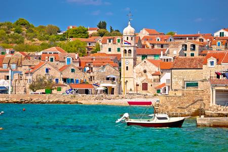 Prvic Sepurine ウォーター フロントと石造建築ビュー、クロアチアのシベニク列島