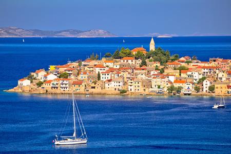 風光明媚な古いプリモシュテンのアドリア海の町ビュー、クロアチアのダルマチア地方 写真素材