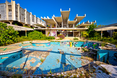 Krk, Croatia, August 31 2017: Abandoned and destructed luxury hotel Palace Haludovo in Malinska, Island of Krk, Croatia. In 1970's and 1980's it was the most exclusive hotel in Eastern Europe. Pool area. 版權商用圖片 - 85304715