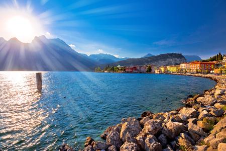 Vista variopinta di tramonto della città di Torbole e del Lago di Garda, regione di Trentino Alto Adige dell'Italia