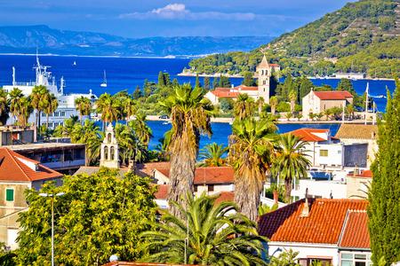 風光明媚な島ヴィス島のウォーター フロント ビュー、クロアチアのダルマチア諸島