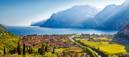 Vista del tramonto di città di Torbole e del Lago di Garda, regione del Trentino Alto Adige dell'Italia Archivio Fotografico - 91542621