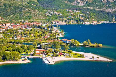 Città di Torbole sulla vista aerea del lago di Garda, foce del fiume Sarca, regione Trentino Alto Adige d'Italia