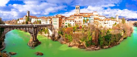 Cividale 델 Friuli 악마의 다리와 Natisone 협곡 파노라마보기, 이탈리아의 Friuli 베네치아 줄리아 지역 스톡 콘텐츠