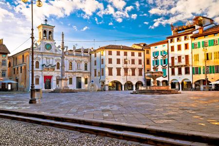 Piazza San Giacomo nella vista dei punti di riferimento di Udine, città nella regione di Friuli Venezia Giulia di Italia Archivio Fotografico