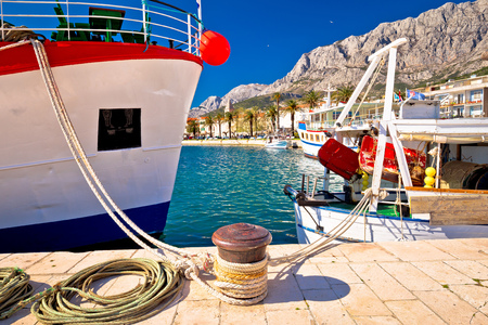 Makarska fishermen harbor colorful view, Dalmatia region of Croatia 免版税图像
