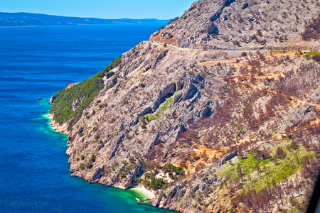 Scenic road in Makarska riviera Biokovo cliffs waterfront view, mountain and sea in Dalmatia region of Croatia Standard-Bild