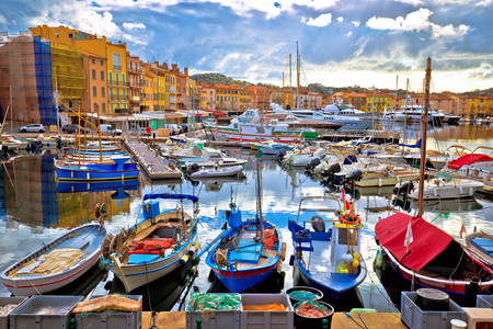 Colorido puerto de Saint Tropez en Cote d Azur, departamento de Alpes Marítimos en el sur de Francia. Foto de archivo