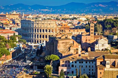 Monumentos del antiguo Foro Romano y el Coliseo en la ciudad eterna de Roma, capital de Italia Foto de archivo