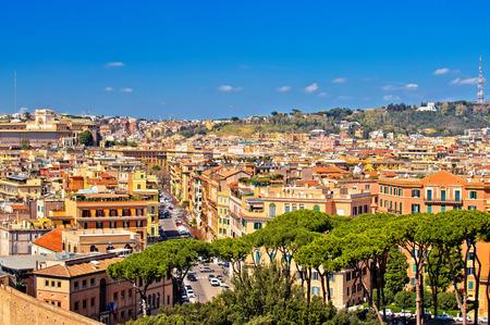 Tetti di Roma e vista panoramica del paesaggio urbano colorato, capitale d'Italia