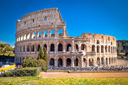 Vista panoramica del Colosseo di Roma, famoso punto di riferimento della città eterna, capitale d'Italia