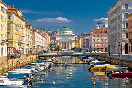Canal de Trieste y vista de la plaza Ponte Rosso, ciudad en la región de Friuli Venezia Giulia de Italia Foto de archivo
