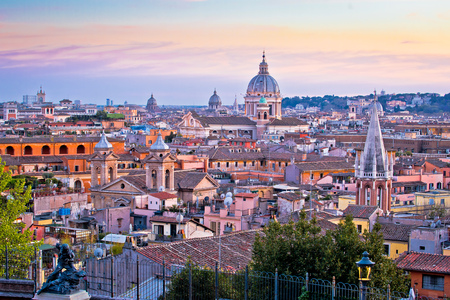 Tetti di Roma e punti di riferimento colorato tramonto vista, capitale d'Italia