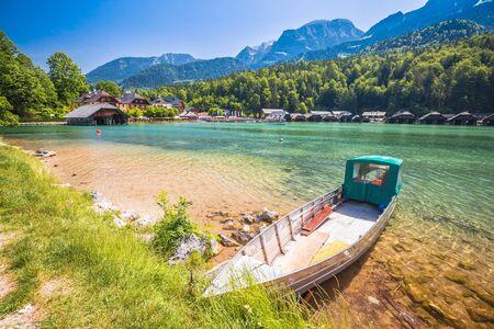 Konigssee Alpine lake wooden village coastline and beach view, Berchtesgadener Land, Bavaria, Germany Banque d'images