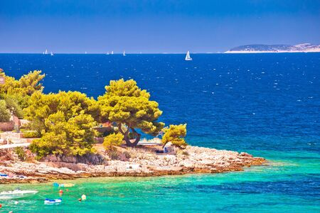 Idyllic Adriatic stone beach near Primosten view, archipelago of Dalmatia, Croatia 免版税图像