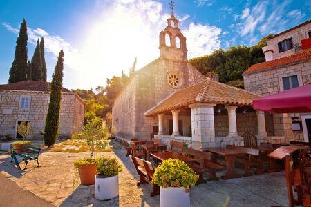 Idyllisches Küstendorf Racisce auf der Insel Korcula, Steinkapelle, Sonnendunst, Süddalmatien, Kroatien Standard-Bild