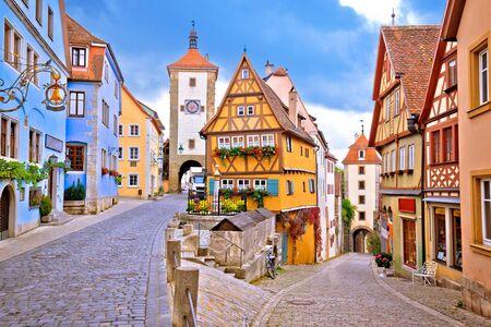 Geplaveide straat en architectuur van de historische stad Rothenburg ob der Tauber, romantische weg in de regio Beieren in Duitsland Stockfoto