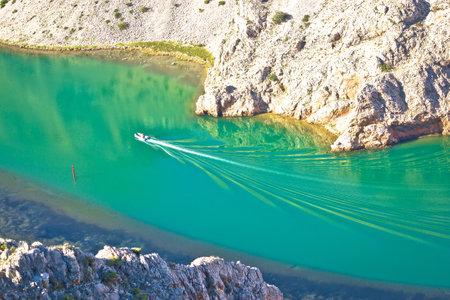 Zrmanja river karst canyon boat making waves view from above, landscape of Dalmatia region of Croatia Standard-Bild