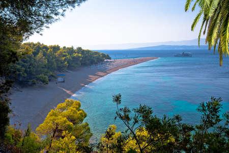 Zlatni Rat famous turquoise beach in Bol on Brac island view, Golden Horn, Dalmatia archipelago of Croatia Standard-Bild
