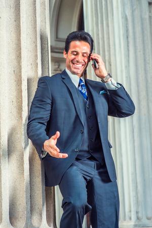 ダークブルーのドレッシング三つ揃いのスーツ、ネクタイ、ハンサムなセクシーな中年実業家は外事務所を立って、見下ろして、笑みを浮かべて、