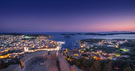 夜フヴァルの町の美しい景色。クロアチアのフヴァル島。 写真素材