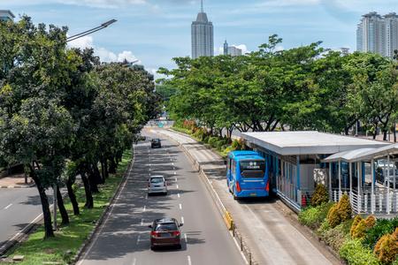 公共交通機関のバスは、Jend で、乗客を得るまで待っているバス停で停止しました。インドネシア ・ ジャカルタのスディルマン通り。 報道画像