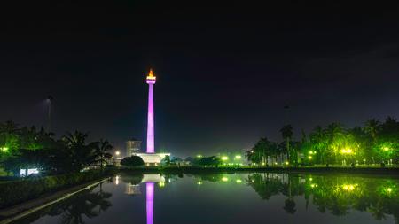 国定公園 (モナス) 大きなプールの前に、夜にはこの記念碑の美しい反射を作成, これは、インドネシアのジャカルタで象徴的な記念碑の 1 つ 報道画像