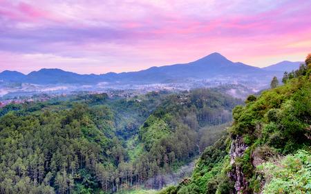 ケラトン崖、バンドン、西ジャワに位置する森林と色のインドネシア、日の出では、キャプチャ、底にヒルと多くの木を示す 写真素材
