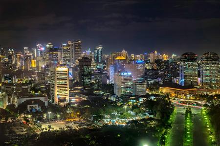 トップ、空中夜景から超高層ビルを示すインドネシア ジャカルタ市の美しいスカイライン。