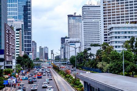 Bundaran ホテル インドネシア、またはロータリー ホテル インドネシア付近混雑。高層ビルやセラマット大唐碑が特徴。 都市の地平線、建物外観、首