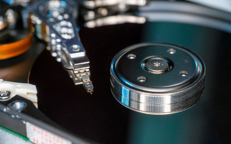 disco duro: Beautiful photo of harddisk platter and harddisk head on the top of the platter, captured from the side