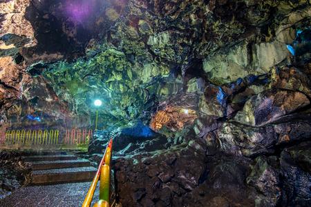 美しい洞窟の床、カラフルな洞窟壁ランプに照らされた洞窟通路のラワ洞窟、Purbalingga、インドネシアからキャプチャ。