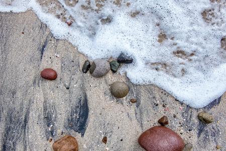泡波ビーチ、砂や岩にヒットしたときは木綿。Menganti ビーチ、Kebumen、インドネシアでキャプチャ 写真素材