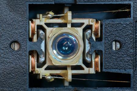 これは、光学式ドライブ、そのレンズとディスクからデータを読み取るときヘッドの動きを制御する銅コイルを示すレーザー ヘッドの近くの写真 写真素材