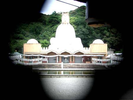 The Ryozen Kannon looking through a hole in the gate. Stok Fotoğraf