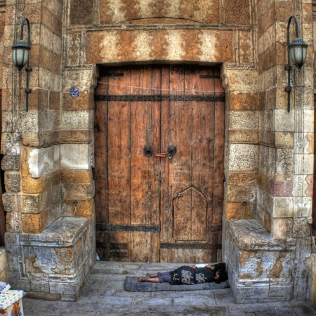 indigent: Indigent homeless at the door of a church in Cairo (Egypt)