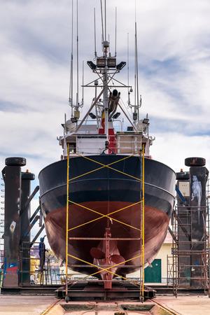 barca da pesca: Vista Poppa di una barca da pesca in un cantiere navale per la manutenzione Archivio Fotografico
