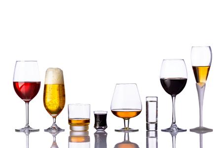 bebidas alcohÓlicas: bebidas alcohólicas en una fila aislados sobre fondo blanco